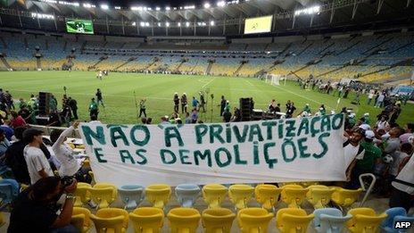 striscione esposto prima di Brasile-Inghilterra, gara inaugurale del nuovo Maracanà