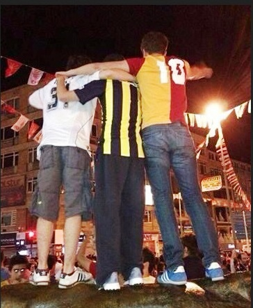 a Taksim con le maglie di Besiktas, Fenerbahce e Galatasaray [foto Turkish-Football.com]